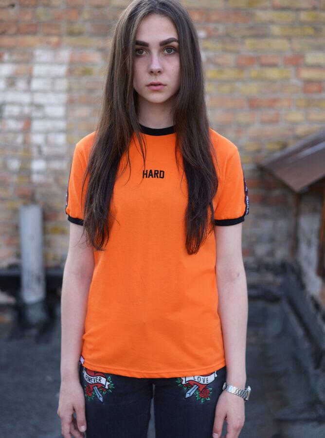 оранжевая футболка HARD