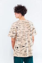 футболка з написами на стінах